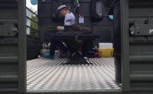 student checker mobilen på ladet af en studentervogn