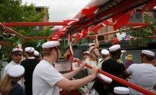 glade studenter på ladet af en rød studentervogn