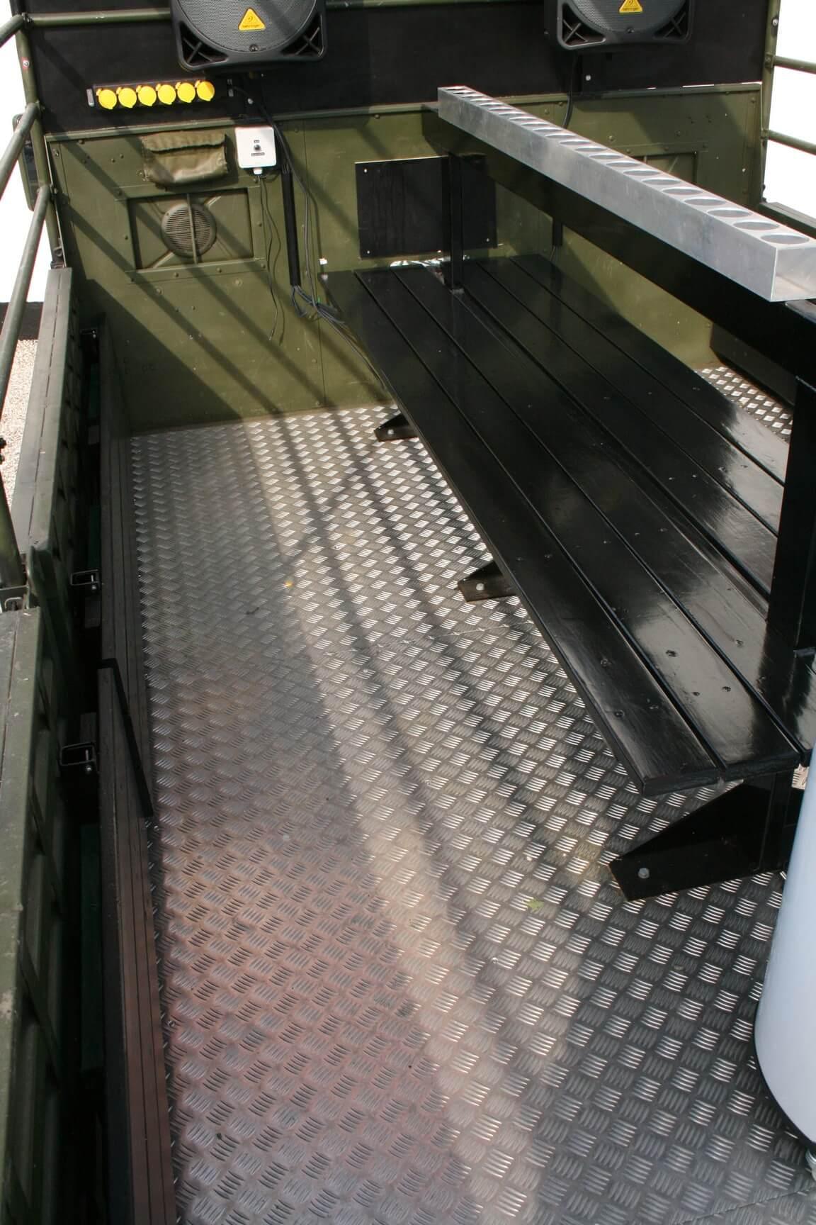 blankt gulv på ladet af studentervogn