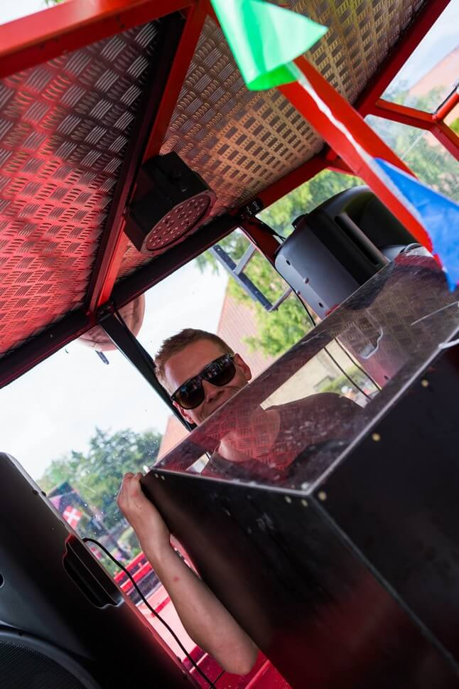 DJ som spiller på studentervogn
